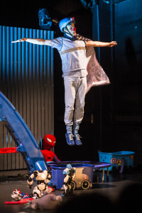 FLY: Ein superhelt må kunne ta heilt av og fly. FOTO: TORLEIF KVINNESLAND