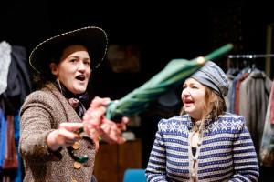 BUSKIS: Suffragetter og sjenerte bondejenter i herleg og ellevill komedie . FOTO: JOHANNES SUNDE