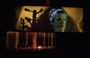 JANUSANDLET: Den sjølvsikre Hedda brenn opp Eilert Løvborgs manus, medan undermedvitet hennar ikkje er like viss. FOTO: GT NERGAARD