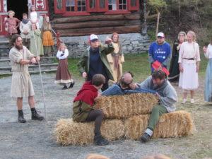 AKTIV SUFFLI: Når alle vegrar seg, får suffløren ta saka, ja nettopp saka, i eigne hender. FOTO: AMUND GRIMSTAD