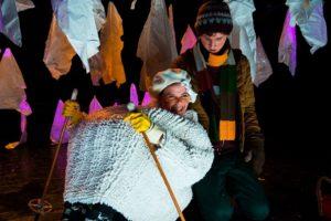 LATTERFNATTEN: I snøhola møter Sigurd mellom andre ei som kan hjelpe han med å sjå humoristisk på det meste. FOTO: ESPEN STORHAUG