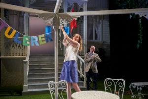 FEST?: Henriette gjer alt for å lage ein fin fest, men kva er det CH har i tankane?. FOTO: STIG HÅVARD DIRDAL