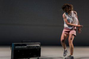 ETIKK: Gjennom ein intelligent monolog, tidvis heilt asynkron dans, og med hjelp av ein ghetto blaster presenterer Nicola Gunn oss for store etiske val. FOTO: GREGORY LORENZUTTI