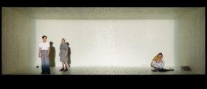 TITTESKAP: Aktørane blir sjølve skjøre glasfigurar i Nia Damerells heilt minimalistiske scenografi. FOTO: JOHANNES LAUKELAND FESTER SUNDE