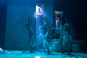 SYNDFLODEN: Noa fyller arken medan Gud sit i vindauget og styrer det heile. FOTO: MARIT ANNA EVANGER