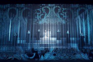 MEKTIG: Ein scenografi som kombinert med video og lysdesign saumlaust tryllar fram det eine spektakulære scenebildet etter det andre. FOTO: FREDRIK ARFF