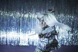 FARVEL: Gjennom eit fyrverkeri av dans, musikk, lys og kostyme tar vi avskil med stereotypiane. FOTO: CHRISANDER BRUN