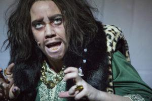 KONGE: Mari Hauge Einbu er energisk, infam, humoristisk og overtydande som Herodes. FOTO: MARCO VILLABRILLE