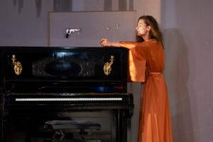 LØYSINGA?: Skal ein ta det piano når makta forvitrar, eller er det enklaste kanskje pistol? FOTO: STIG HÅVARD DIRDAL